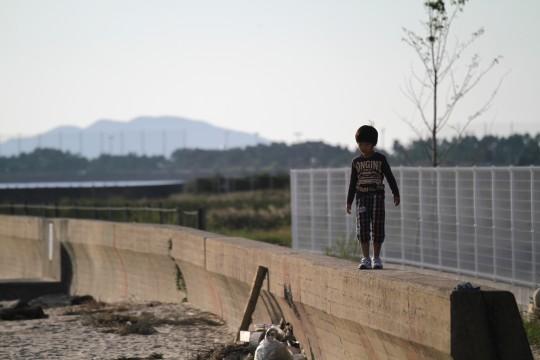 堤防の上の少年