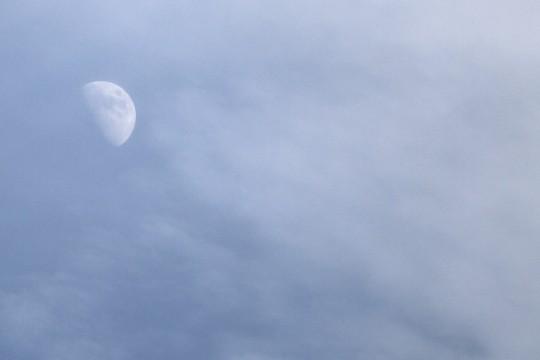 青空に浮かぶ月