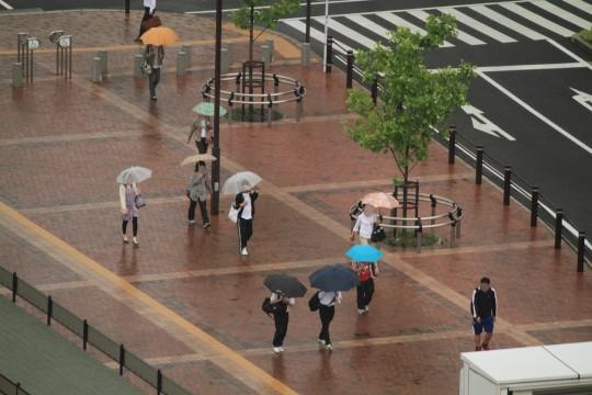 傘をさして歩く人々