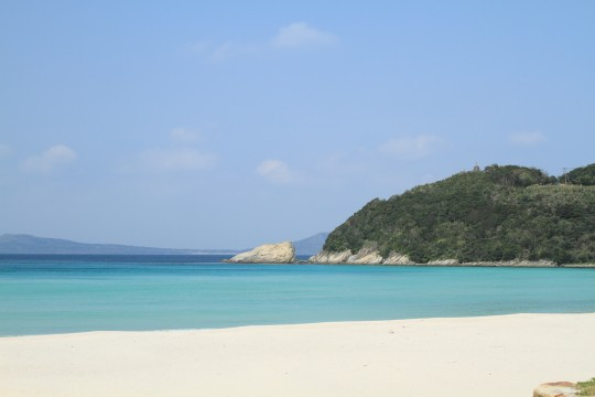 白い砂の海岸ときれいな海