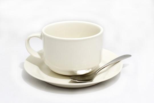 コーヒーカップと白いソーサー