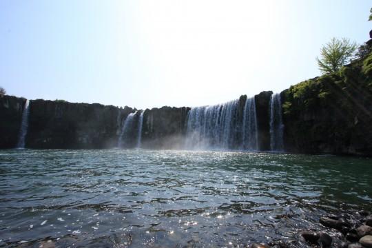 キラキラ光る水面と滝