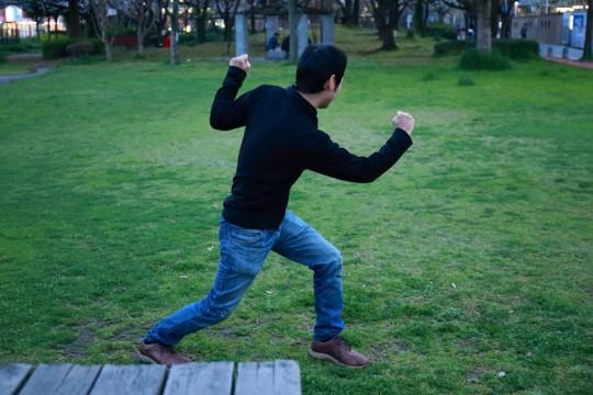 卍ポーズをとる男2