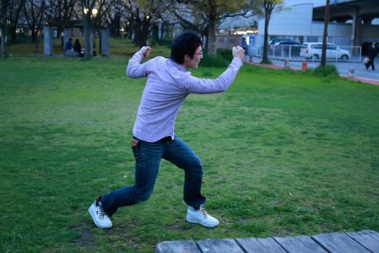 卍ポーズをとる男3