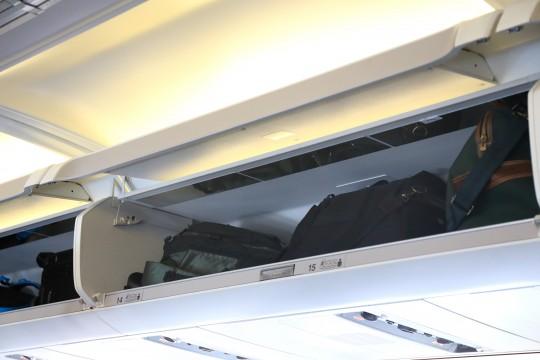 飛行機の手荷物入れ