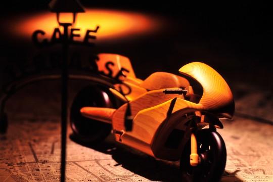 木製のミニチュアバイク