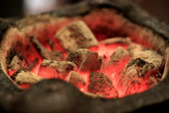 七輪の中で燃える木炭