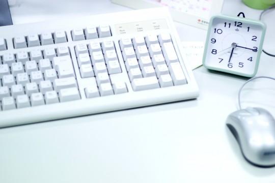 整理された事務用デスク