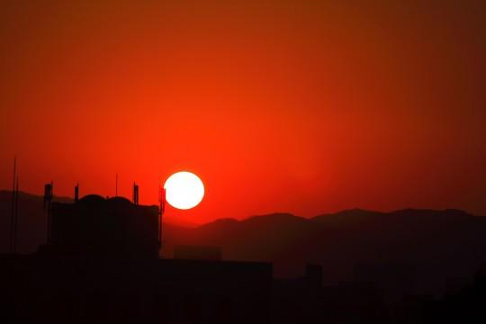 真っ赤な空と沈む夕日