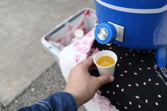 ウォータージャグからお茶を注ぐ