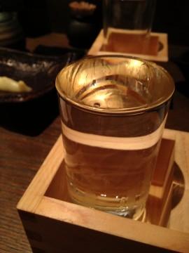 なみなみとコップに注がれた日本酒