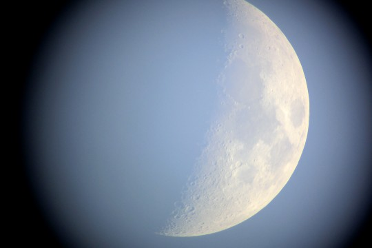 望遠鏡から覗いた月