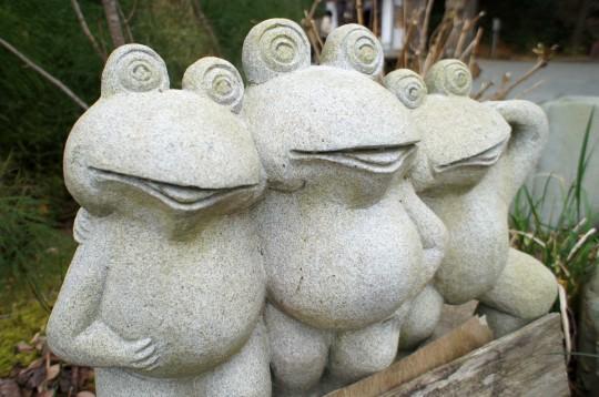 トリオカエル石像