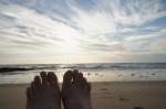 夕方の海辺で休憩