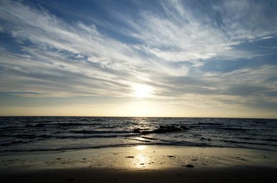 日が沈みだした砂浜