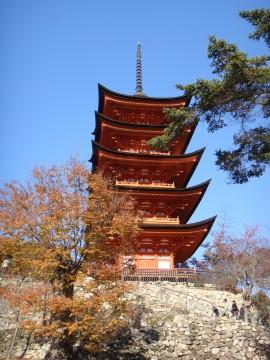 紅葉と宮島の五重塔
