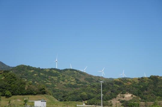 遠くに見える風力発電の風車
