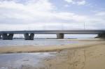 砂浜に掛かる橋