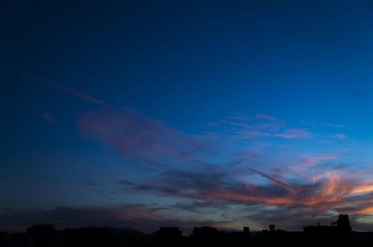 夕暮れ時の飛行機雲