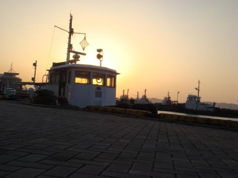 夕日と漁港