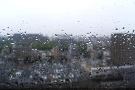雨に濡れた窓ガラス