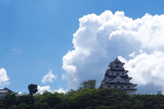 夏雲と唐津城