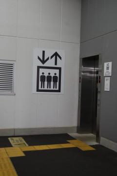 エレベーターと黄色い線