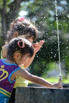 水飲み場の子供達