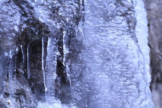 凍った岩肌と氷柱