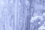 凍った岩肌