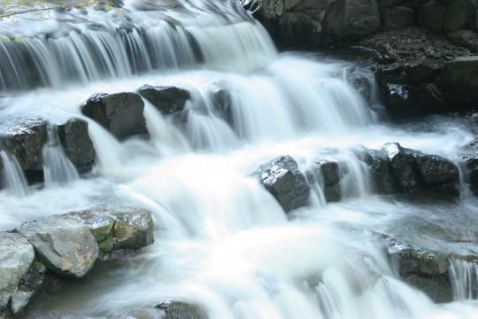 長野市浅川ループ橋下の渓流