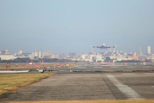 着陸寸前の飛行機