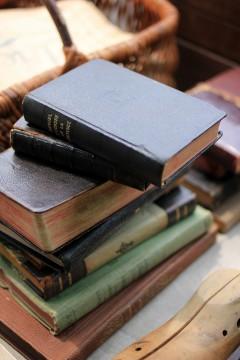 無造作に積まれた古書