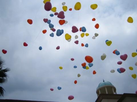 空に飛んでいく無数の風船