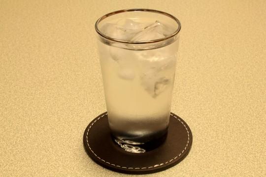 氷水のグラス
