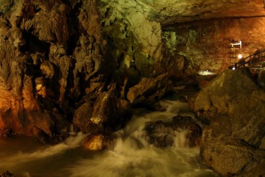 洞窟を流れる川