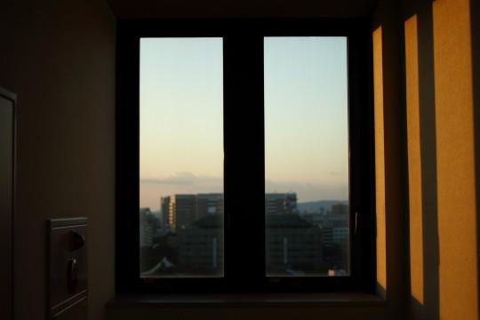 夕日が差し込む窓