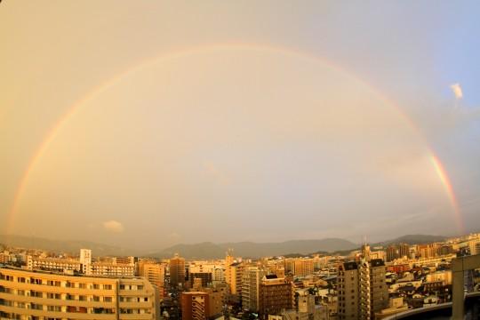大きなアーチの虹