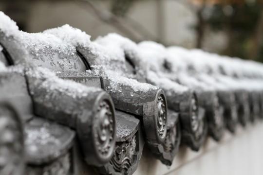 塀に積もった雪
