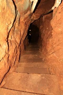 地下深くへと続く道