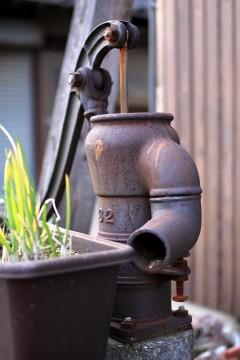 錆びついた手汲みポンプ