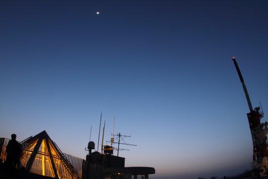 三日月と天窓と鉄塔