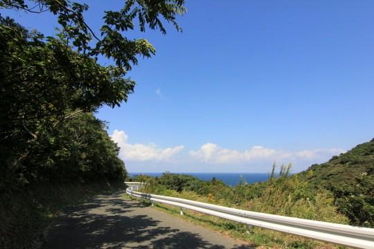 海を臨む道