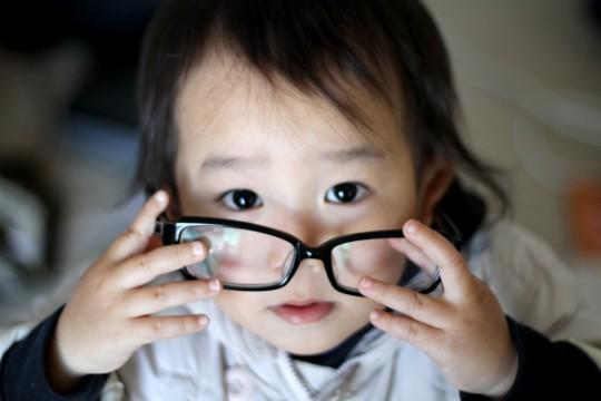 メガネで遊ぶ幼児