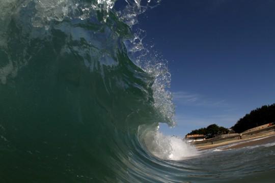 晴れの日の波