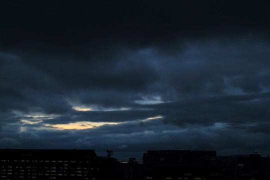 雨雲から覗く光