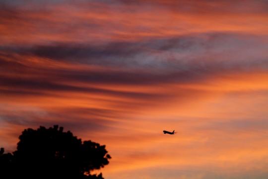 夕焼け空の飛行機