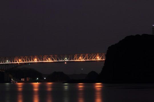 夜の橋と海