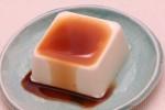 醤油をかけた豆腐