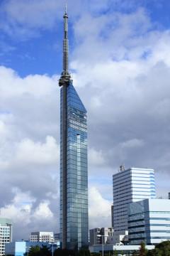 青空が映り込んだ福岡タワー
